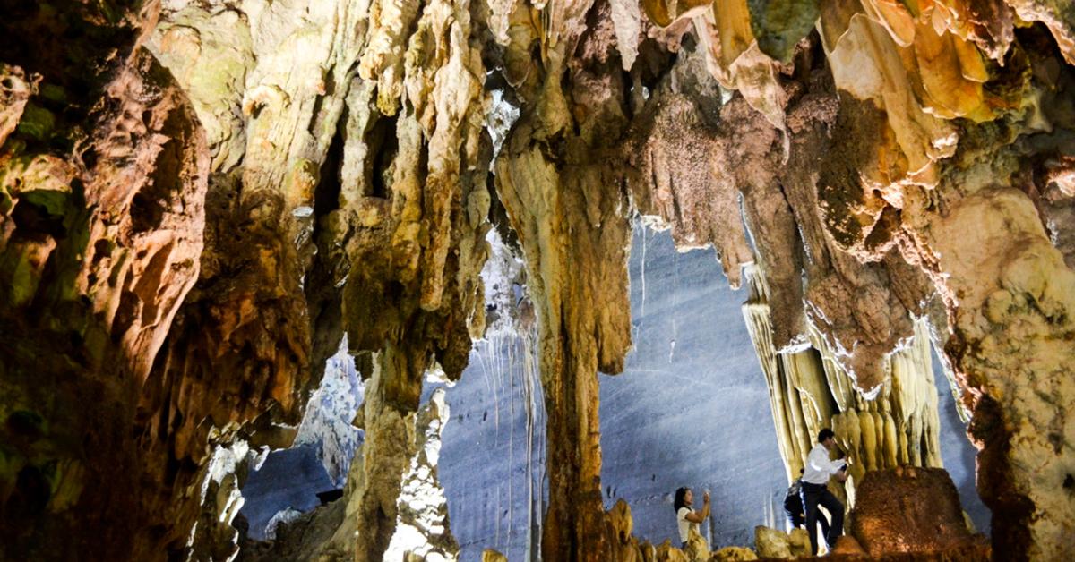 Đường đi đến với Cốc San tuy có chút khó khăn nhưng không thể phủ nhận được vẻ đẹp tự nhiên và hoang sơ tại nơi đây. Ở mỗi gầm một thác nước sẽ có nước đổ từ trên cao xuống lại có một hang động. Cảnh vật thiên nhiên nơi đây được kết hợp hài hòa và khoáng đạt vô cùng