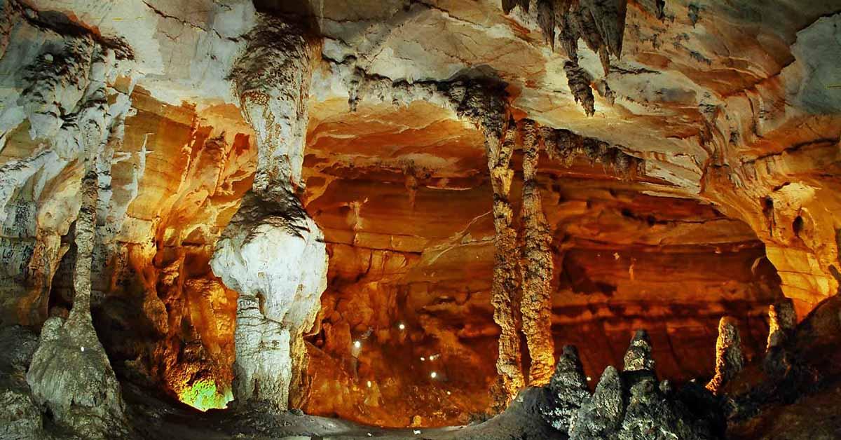 Cốc San nằm ở ngay giữa hai đồi đá thấp, động Cốc San có nhiều thác nước đổ xuống thành các dòng suối và các dòng suối ấy lại như một tấm màn mỏng manh nhưng kì bí của thiên nhiên, che phủ đi những hang động lớn, bé hội tụ đầy đủ.
